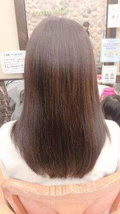乾かしただけでまとまる髪とのことでしたので、全体にスライドカットを入れ、内側に入るようにしました。 VienneseQUATRO所属・黒柳伊代のスタイル