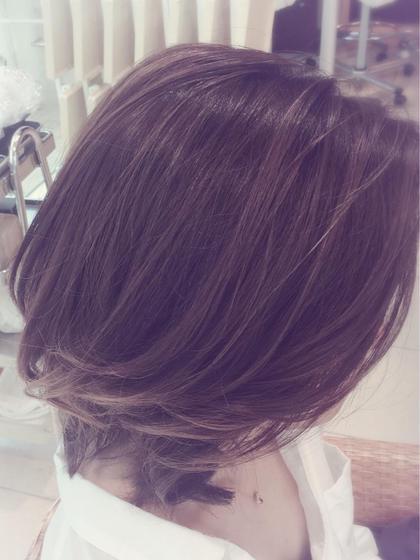グラデーションカラーのプラチナアッシュをベースに外国人風に! かきあげ前髪でより大人っぽく! GRAND TAYA所属・。。のスタイル