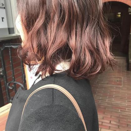 カラー ブリーチベースの上から レッドピンクをのせています