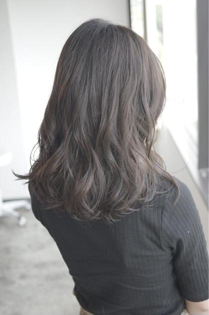德松優希のセミロングのヘアスタイル