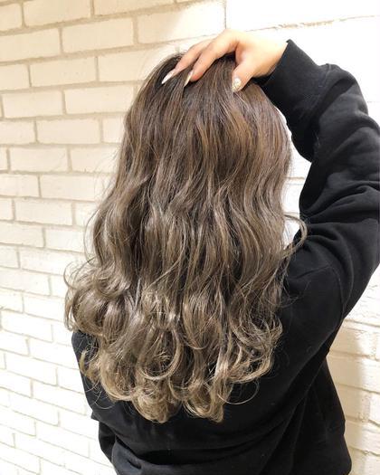 カラー ロング 最強グレージュグラデーション!! ハイライトで作るグラデーションカラー✨ お客様の理想のヘアスタイルを、本気で一緒に考えて創り上げていきます✨✨. . 僕のお客様は、髪の赤みが原因で、理想の髪色にならずに悩まれてる方がほとんどです‼️. . 今までの美容室に満足してない方‼️. 是非僕にご相談ください✨. . 今までの美容室史上、最高の髪色にして可愛く綺麗することを約束します…❤️. . 赤みゼロの外国人のような柔らかいカラーでイメチェンしましょう✨♂️. .