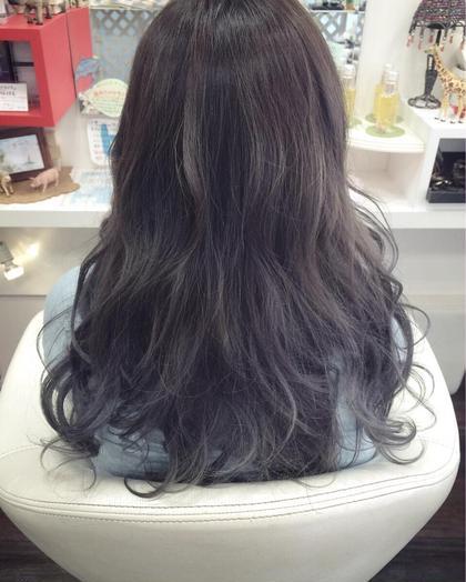 黒ベースに全体的にハイライトをいれ薄くグレーを入れて暗い髪にも透明感を♪ クオーレゼロ所属・岩谷恵利のスタイル