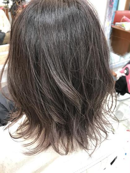 カラー ミディアム グレージュグラデーション ブリーチをしている髪の毛が伸びている状態 上のところは暗めに、毛先に向かってグレージュになってます!! 前回ピンク系をいれていてオレンジ味が強かったですが、お薬次第でグレーに変えれます!