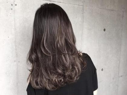 カラー ハイライトカラー ベースの色を暗く、ハイライトはシルバーに! 髪に動きをつけられる! そんなに明るくしたくないけど雰囲気を変えたい人にオススメ! 流行りの外国人風カラー! GO TODAY SHAiRE SALON所属・💕💉髪のお医者YUYA💉💕のスタイル