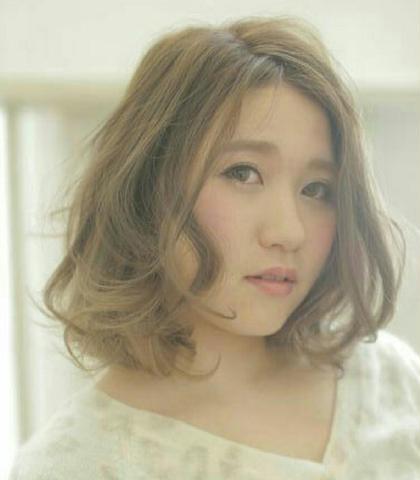 肩上で巻き髪映えるショートボブ Lee東三国店所属・赤井佑次のスタイル