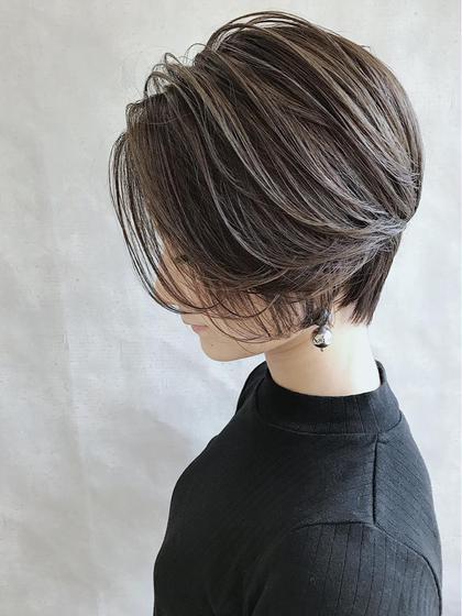 ショートボブで頭の丸みを綺麗に見せるように切りました。 色はグレージュです。イルミナカラーです。 _WHITE所属・_WHITEアンダーバーホワイトのスタイル