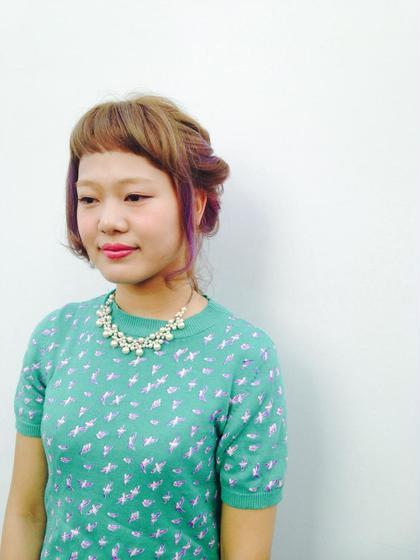 ブリーチしてる髪にベースはベージュにポイントのパープルがアクセントに。 ゆるめのアレンジがかわいいスタイル♡ gosso  horie所属・KawachiYukoのスタイル