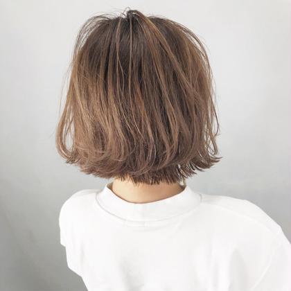 このお客様はしたい色が決まっておらず、カウンセリングで一緒に考えて決めた色です! お客様はミルクティが飲み物の中で一番好きとおっしゃっていたので、なら髪色もミルクティにしよう!と提案し、決めました! 明るい髪に対して1回のブリーチをしてミルクティ感を出しました! produce相模大野店所属・武藤篤弥のスタイル