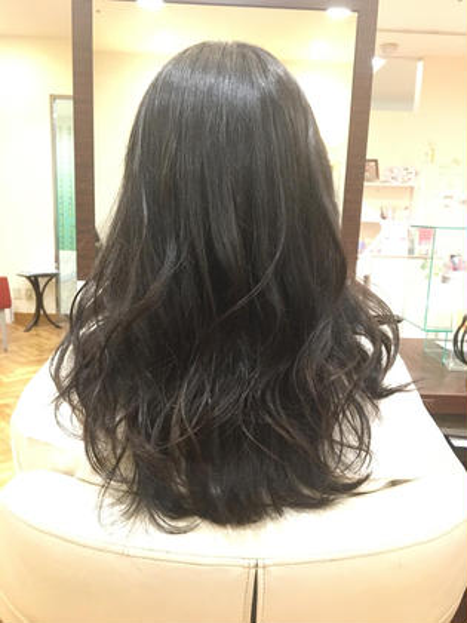 動きを出しやすくカットし、ランダムなカールで量が多くしっかりした髪質の方でも柔らかい雰囲気に変えます。 デサンジュパリ桑名店所属・森世李奈のスタイル
