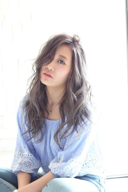 透明感抜群の外国人風カラー!!シルバーアッシュです(^^) ハイライトもプラスなので可愛さアップです♡ HAIR DELIGHT所属・中島栞のスタイル