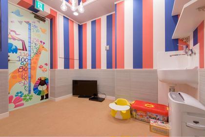 こちらKIDSルームです おもちゃ、DVD、iPadのご用意ございます  保育士さんいます (6ヶ月以上のお子様~) こうちみかこのキッズヘアスタイル・髪型