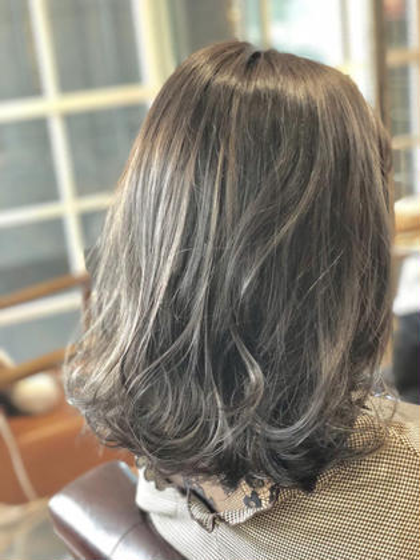 ハイライト+イルミナmix グレージュ専攻美容師naoのミディアムのヘアスタイル