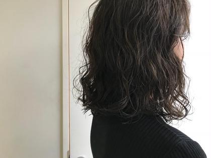 パーマ パーマは大きめのロッドで耳上からくっきりしっかりウェーブにしています!オイル×ムースで簡単スタイリング!アレンジもしやすくなります! カラーは8トーンのグレー系カラー!ダメージレスなイルミナカラーを使用していますのでパーマをしていてもツヤツヤになれます♪ ※パーマは髪質によりかかり方に差がございます。ご相談くださいませ。