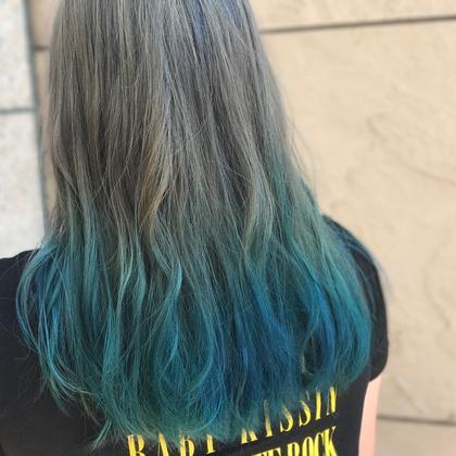 グラデーションカラー☆   根元はシルバーで毛先はブルー(^ν^) 時田優生のロングのヘアスタイル