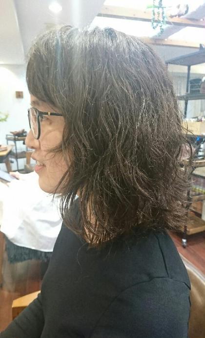 このお客様はくせ毛なんですけど、量も多くて今まで結ぶスタイルしかしてもらえなかったみたいで、下ろしたスタイルしてみたかった!というお客様を くせ毛を生かしたカットカラー! 初めて満足して頂けたみたいで嬉しかったです!!
