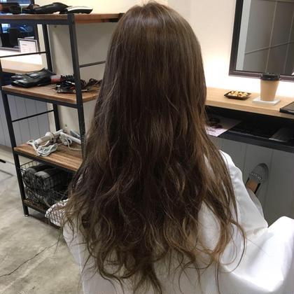 トーン明るめのほんのりグラデーションにしたアッシュ系カラーです! WHATS HAIR所属・小林智樹のスタイル