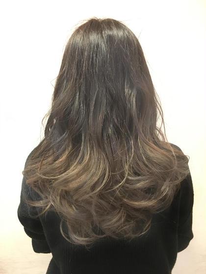 こちらはグラデーションカラーで毛先にかけて明るくなっているので、毛先の動きが表現されやすくなっています。アイロンで巻くといつもとは違った柔らかい雰囲気に仕上がるファッションカラーです さらに全部ブリーチするよりダメージレスなのでおすすめしてます Ash久が原所属・✨東大珠✨のスタイル