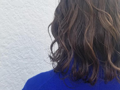 今流行りのグレージュカラー✨✨ グレーに近づけたいけど、暗くしたくない! というお客様の悩みを解決してくれるのが 【アディクシーカラー】👍‼‼ 赤みを極力抑えたカラーリングです♪ 最後はコテで平巻き仕上げです( ´∀` )b knot hair&products所属・佐藤晶帆のスタイル