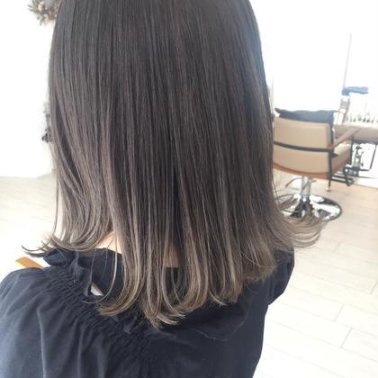 毛先を1度ブリーチしてからモノトーン系の色で染めました! グラデーションになっているのでコテで巻いたりすると動きのあるスタイルになるのでおすすめです(*´꒳`*) satomi のスタイル