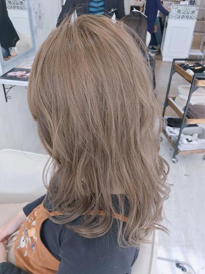 全体にブリーチをしてから、ミルクティーに近いベージュの色を入れています💟 ブリーチは、一度髪の状態をしっかりみさせて頂き、施術をさせて貰っていますので、ご安心ください😊 中本ひかるのセミロングのヘアスタイル