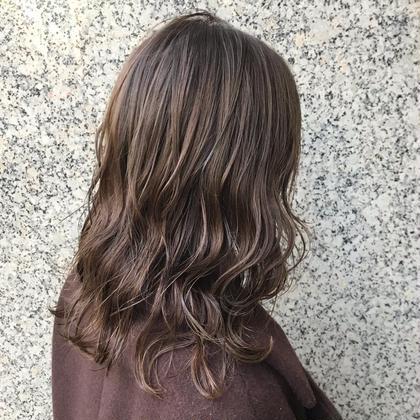 カラー ミディアム 極細にハイライトを入れてますが、 元々ハイライトを入れている髪の毛にカラーをしています!