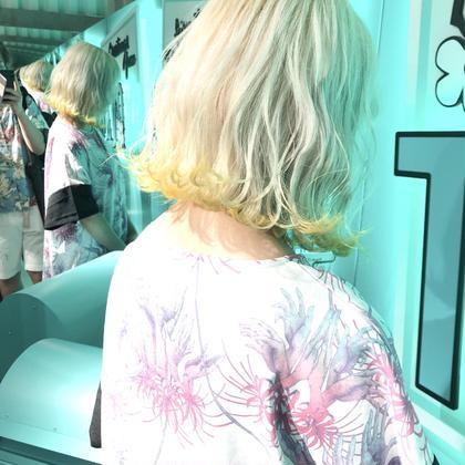 White hair  ✳︎10800円〜✳︎裾カラー+3240円〜 ✳︎ムラシャンはエンシェールズのシャンプーを薄めて使うのがオススメ🧖🏻♀️ ✳︎ ✳︎黒染めや縮毛、デジパをしていなくてダメージがひどくなければおおよそ4〜5回ブリーチで出来ます🦄✳︎ 最後まで可愛く仕上げます🇰🇷 ✳︎ お店の近くにあるティファニーカフェで映えな写真もプレゼントします🦄 ✳︎ ✳︎黒染め履歴、ダメージが強い方はでホワイトにはならないです💦  #原宿#ハイトーンカラー#シルバーカラー#ヘアカラー#ネイビーカラー#ホワイトカラー#ブロンドヘアー#アッシュ#ケアブリーチ#ブロンドカラー#派手髪#ラベンダーカラー#ミルクティーカラー#アッシュ#ミルクティーベージュ#ブルージュ#グレージュ#ピンクカラー#インナーカラー#ハイライトカラー#グラデーションカラー#bts#seventeen#twice ✳︎ ✳︎ ✳︎