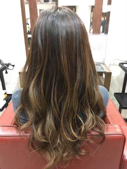 馴染みのいいグラデーションカラー。 コテでざっくりとミックス巻きし、表面の数カ所を少量とって、強めに巻くと今流行りの外国人風な巻き髪が完成! Ark+ing所属・近江咲紀のスタイル