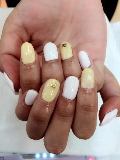 白と黄色で夏っぽく!ストーンを一つだけおき、シンプルに仕上げました♡ ZEST吉祥寺店所属・千葉比依のスタイル