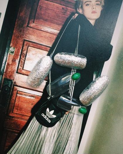 スポーティなファッションに合わせたいメタリックやラメ!!グリーンのストーンがアクセント FLEVE所属・saori.mのフォト