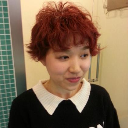 カーリーショート。くせ毛風パーマで、外国人の少女の雰囲気に。カラーはビビッドなレッドでお洒落感UP hair NONAKA下北沢店所属・[指名No.1]小島克之のスタイル
