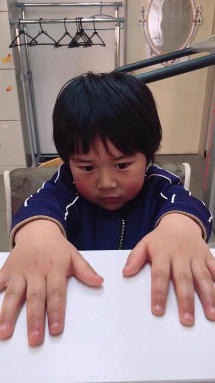 かわいいお客様も来ました(๑>◡<๑) 5才の男の子。 お母さんと一緒に(*^^*)またおいでね〜( ´ ▽ ` )ノ 柴崎みゆきのキッズヘアスタイル・髪型