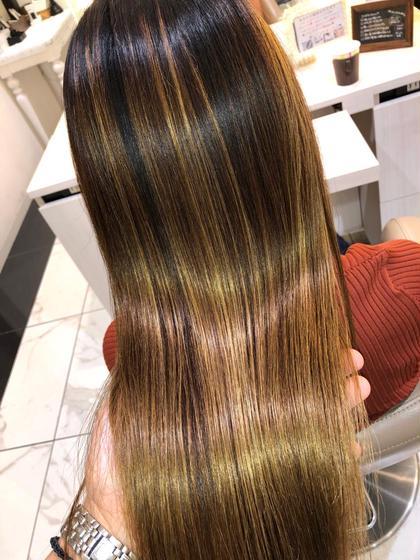 【ブリーチ】していてもクセがあり髪に悩みを抱えている方はたくさんいらっしゃいます。  数年前までは、ブリーチをしてある髪に縮毛矯正を行うことはできませんでした。  ブリーチによる髪内部のタンパク質の破損が原因で、縮毛矯正の薬剤をつけると髪がチリチリになる恐れがあるからです。  ですが今では、2回程度のブリーチ毛なら特殊な薬剤を使用する事で縮毛矯正をかける事が出来ます。 髪の状態により薬を塗り分けて髪をいたわりながら縮毛矯正をかけていきます。 (髪を濡らして引っ張ると伸びたり切れる髪は出来ない場合もあります)  手触りは滑らかに、ツヤもあり自然なストレートヘアーになります。  ブリーチ毛は、かなりデリケートな為トリートメントは必須になります。 予めご了承ください。
