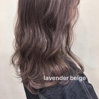 ラベンダー系のベージュは髪を白っぽくしたい方にはおすすめのベースカラー❣️ ブリーチで黄色っぽくなった色を補色の紫を入れることで黄色味を抑えて白っぽくなります❣️ ZESTPARK北口店所属・千種愛里のフォト