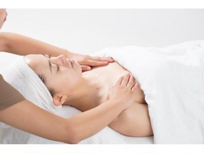 デコルテ〜肩まわり、お顔のマッサージをしっかり行っていきます☺️!血行がよくなりツヤがでやすく癒し効果大のエステになっております♡