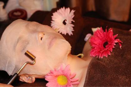 その他     イオン導入~~<美白&保湿>60分¥5480     ◎最新美容導入器を使って、高濃度VCをお肌の深部まで届けます。丁寧なハンドケアでむくみもリンパの滞りも流します。   イオン導入美顔器の効果は 毛穴縮小 ニキビ跡改善 肌にハリを出す シミ改善 肌荒れ改善 ターンオーバー促進    ☆施術内容(クレンジング+洗顔+コラーゲン導入+美白パック+小顔リンパマサージ+首肩リンパマッサージ+デコルテ+仕上げ)
