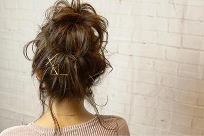 おくれ毛たっぷりの簡単アレンジ☺️ お団子は季節問わず人気のスタイルです(^ ^) ヘアメイクアース北浦和店所属・山口卓哉のスタイル