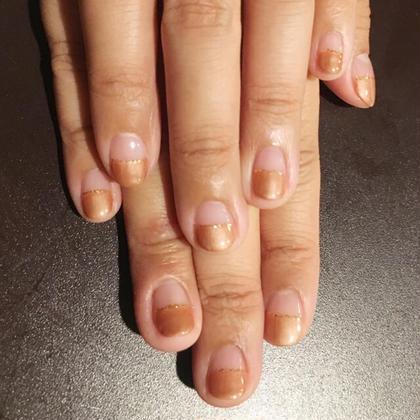 パールブラウンでストレートフレンチ+ゴールドのラメライン  パール系カラーは爪の中心に光を集めるので、指が長く見えます!お爪自体が小さいことが気になっている方にもオススメのカラーです(^-^) ひ所属・Nail Salonひのフォト