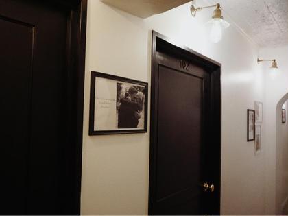 HOTEL&PARK.の廊下。写真1枚1枚に素敵なメッセージが書いてあります。