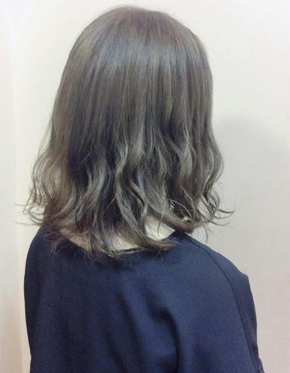 ハイトーンカラー グレイ➕アッシュ モノトーンアッシュです。 一回ブリーチカラーをして色を抜いて グレイアッシュ色を入れています。 hair&make bis所属・野中小友美のスタイル