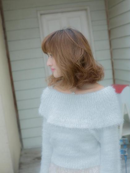 【フェアリーミルクティー】肩下のミディアムボブにデジタルパーマをかけてゆるふわフェミニンなミディに☆明るめカラーの髪にもしっかりとケアをしながらダメージレスでかけてあげれば、柔らかな質感になります。前髪はゆるくかけて仕上げにコテで巻いてあります。 hairarks上大岡店所属・ヘア―アークスのスタイル