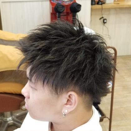 今回は男性のお客様です。結構伸びてた髪を短くカットしました。内側を刈り上げて、トップは毛束感をしっかり出してます!  ご来店ありがとうございました☆ またお待ちしております☆ uta天王寺店所属・uta 店長seiyaのスタイル