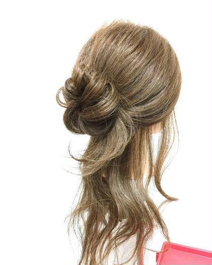 ヘアアレンジ ロング かんたんヘアアレンジ⭐️ 上の髪をグルッとねじってピンで留めてほぐすだけです✨