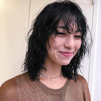パーマ  wolf ×mix perm . 絶妙なバランスのウルフにランダムなウェーブ、ダークトーンのオリーブグレーがとってもお似合い。 . . @soco.ao.tokyo  #hair #haircolor #haircut #hairstyle #hairperm