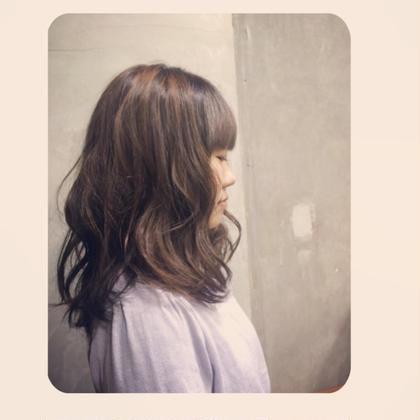アッシュブラウンのヘアカラーに、仕上げはアイロンでフンワリ巻いて女の子らしい雰囲気に* ethica所属・ChikakoKoyamaのスタイル