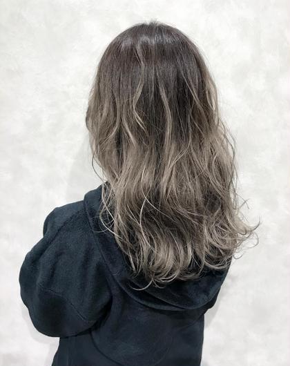 【ハイグレージュカラー☺︎】  ★大人気のバレイヤージュカラー★  ケアブリーチでベースをグラデーションにした後、 グレージュをオンカラーして外国人風の動きのある髪色に♪  希望の仕上がりの明るさによって、ブリーチ回数が異なります。 こちらのカラーはブリーチ目安2回です!  次回のカラーからはワンカラーでOKです。  色持ち目安1ヶ月☺︎  ✔︎赤みのないハイトーンカラーにしたい方 ✔︎グレー系のカラーにしたい方 ✔︎グラデーションカラーにしたい方 ✔︎透け感のある柔らかい髪色にしたい方  などにオススメです💁♂️  ホームケアでムラサキシャンプーを使っていただくと 色落ち時の黄ばみを抑えてくれるのでオススメです🙆♂️   インスタグラムで、その他スタイル更新してます。 気に入ったスタイルは保存しておいてもらうと カウンセリングがスムーズです☆  instagram→@hayatoniwa