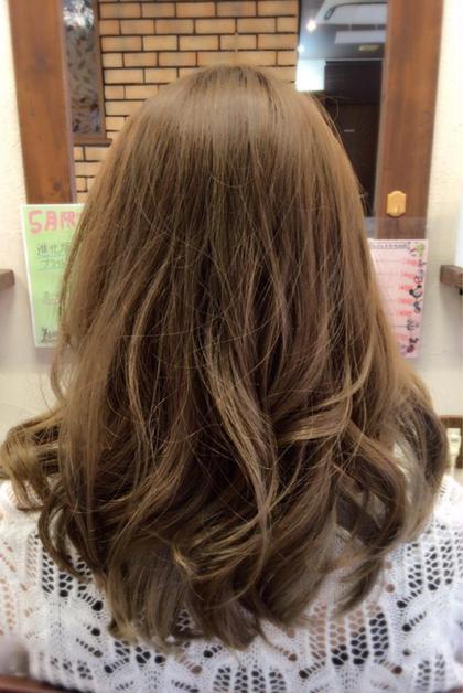 ハイトーンのアッシュグレージュ☆ 細かくハイライトを入れてキレイに立体感が出るようになってます♪ 巻き髪で簡単に『ゆるふわ』感がでますよ(^^♪ minim  hair (ミニムヘアー)所属・日比貴大のスタイル