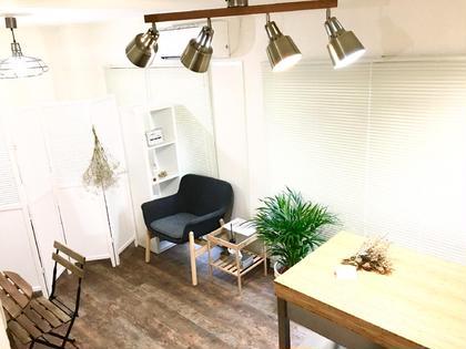 店内のお写真です。 お客様にリラックスして頂けるような 空間づくり。 業者さんを入れずにスタッフで作り上げました🐣