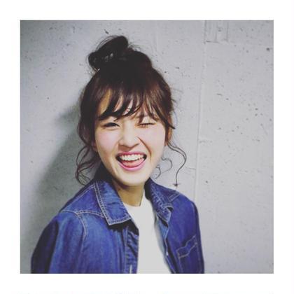 ピンクベージュ系のカラーに簡単お団子アレンジ♫✨ ゆるふわイメージの柔らかいアレンジスタイルです♫ andla.te所属・OkazakiYousukeのスタイル