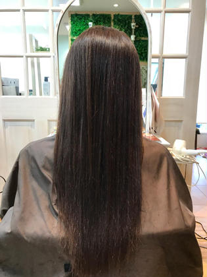 その他 縮毛矯正というメニューでしたが、いつも 頭のトップがペターっとなってしまうので 髪の毛を真っ直ぐにするよりフワッとさせたい。 との希望で施術しました! 毛先はパサパサだったので少しお薬をつけて 広がりをおさえました。