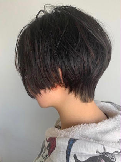 ショート 女子らしい丸みのある前下がりショート ボブからばっさり切りました🤩 髪質、骨格、頭の形、顔の形みてカットしております お任せください❤️